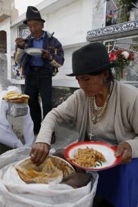 Mujer sirve comida en cementerio de Ecuador